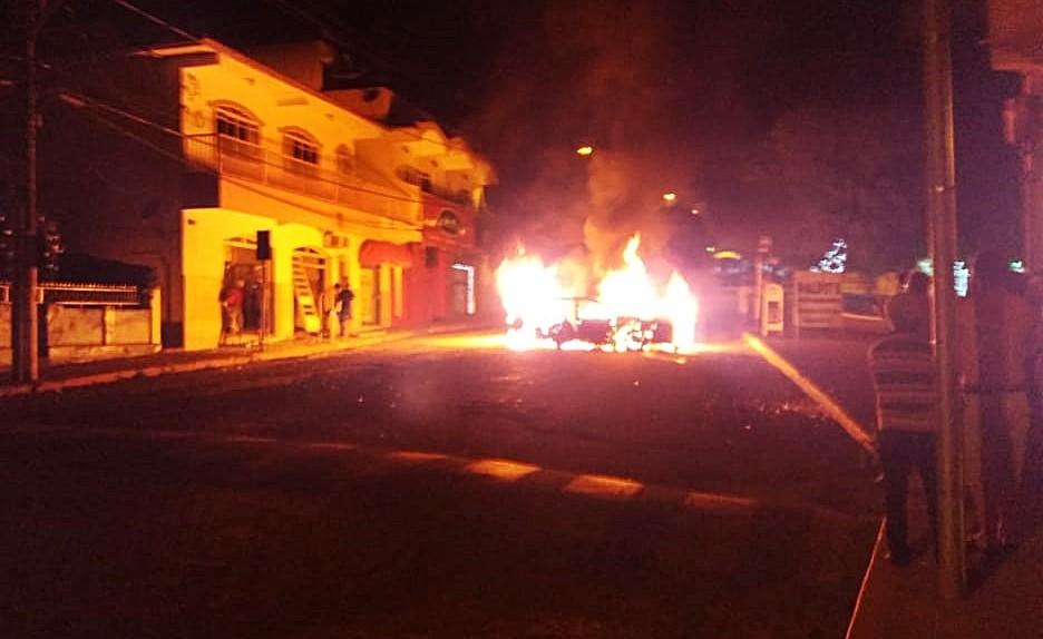 Grupo armado explode banco e ateia fogo em carro no Centro de Ilicínea, MG - Noticias