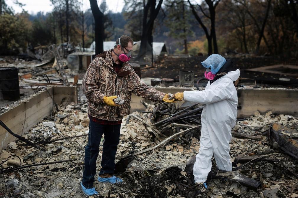 Morador recupera pertences após casa em Paradise, na California, ser destruída. Imagem de quinta-feira (22)  — Foto: Elijah Nouvelage/ Reuters