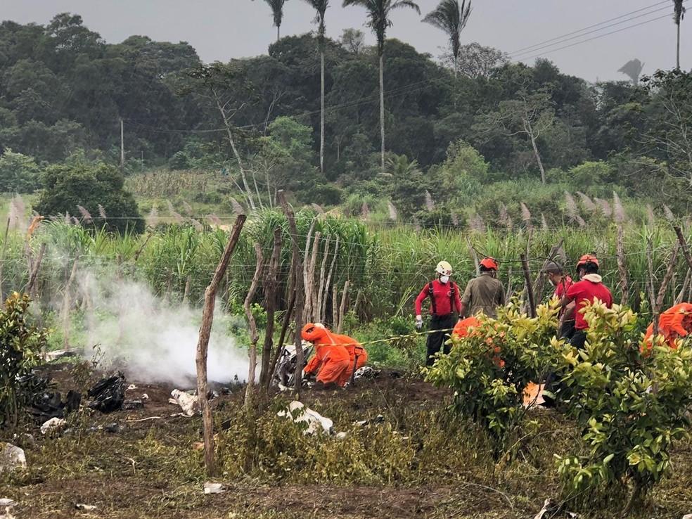 Bombeiros seguem em busca de resgate de corpo de pessoas mortas em acidente de avião no Ceará — Foto: Maristela Gláucia/G1