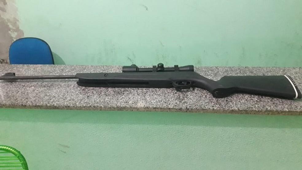 Vítima reagiu ao assalto e conseguiu tomar a arma do suspeito — Foto: Divulgação/PM
