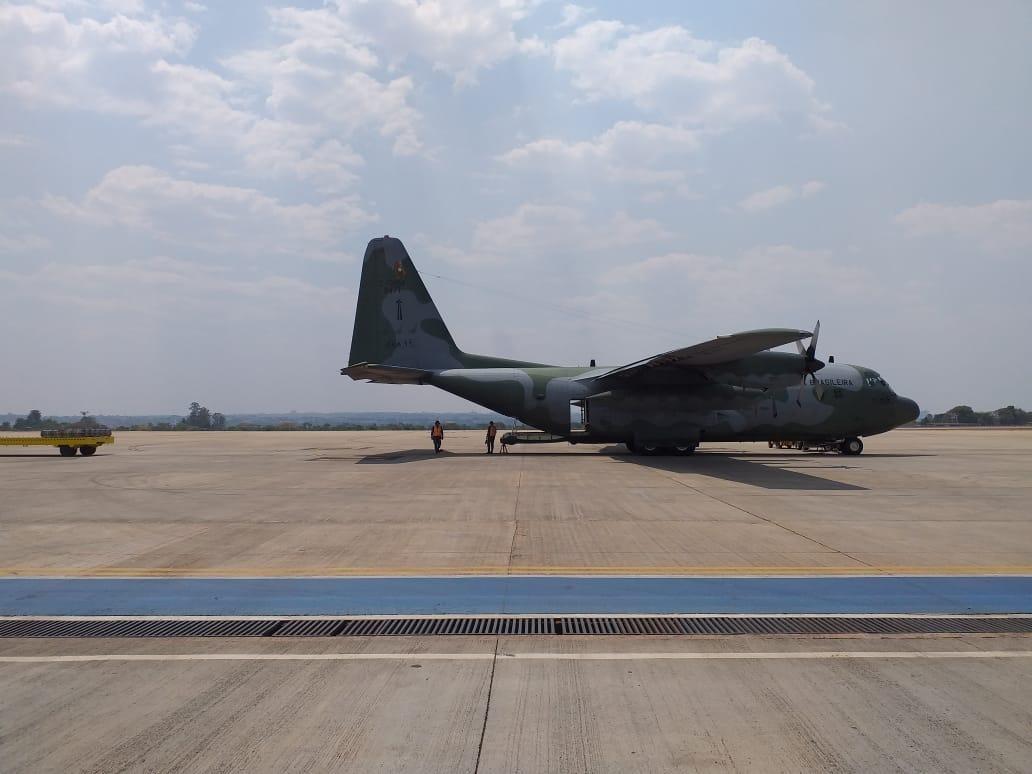 Avião da FAB entrega itens e veículo para equipar agentes de combate a incêndios, no AP - Notícias - Plantão Diário