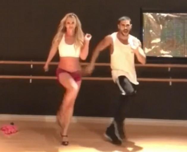 A cantora Britney Spears em seu ensaio na companhia de um dançarino (Foto: Instagram)