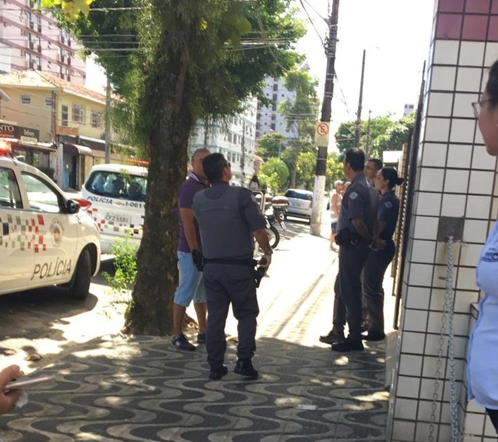 Policia Militar foi acionada após mulher cair da janela tentando fugir de casa durante isolamento em Santos (SP) — Foto: G1 Santos