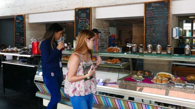 A rede de cafés Franca tem 200 funcionários, quatro lojas e se prepara para abrir a quinta (Foto: BBC)