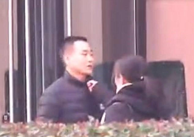 O casal flagrado discutindo em rua de Henan