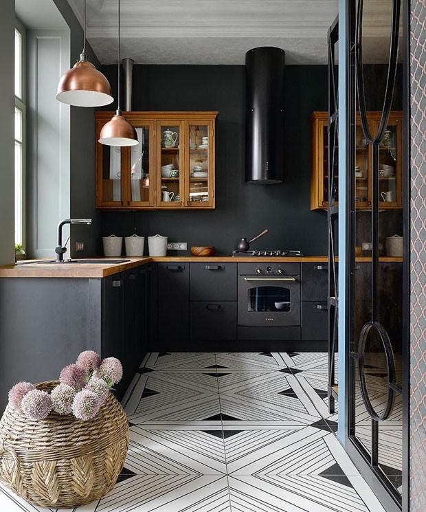 Décor do dia: cozinha preta e piso com estampa tribal (Foto: Reprodução/Divulgação)