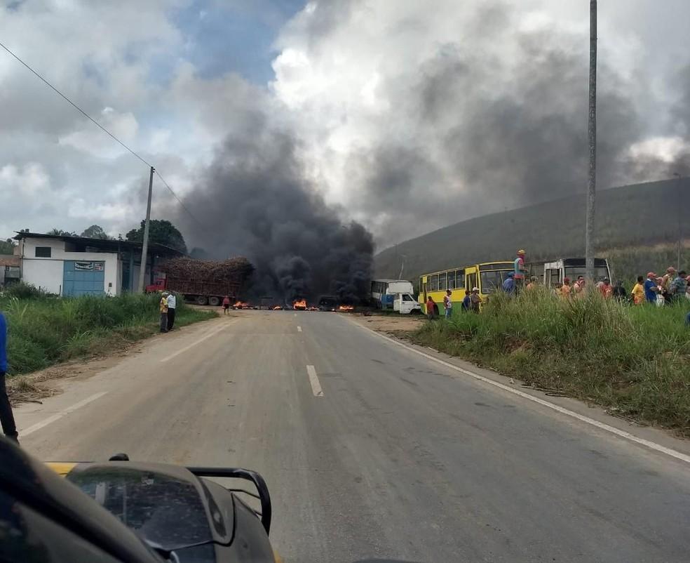 Protesto interdita a BR-101, na altura do município de Ribeirão, na manhã desta segunda-feira (3) — Foto: PRF/Divulgação