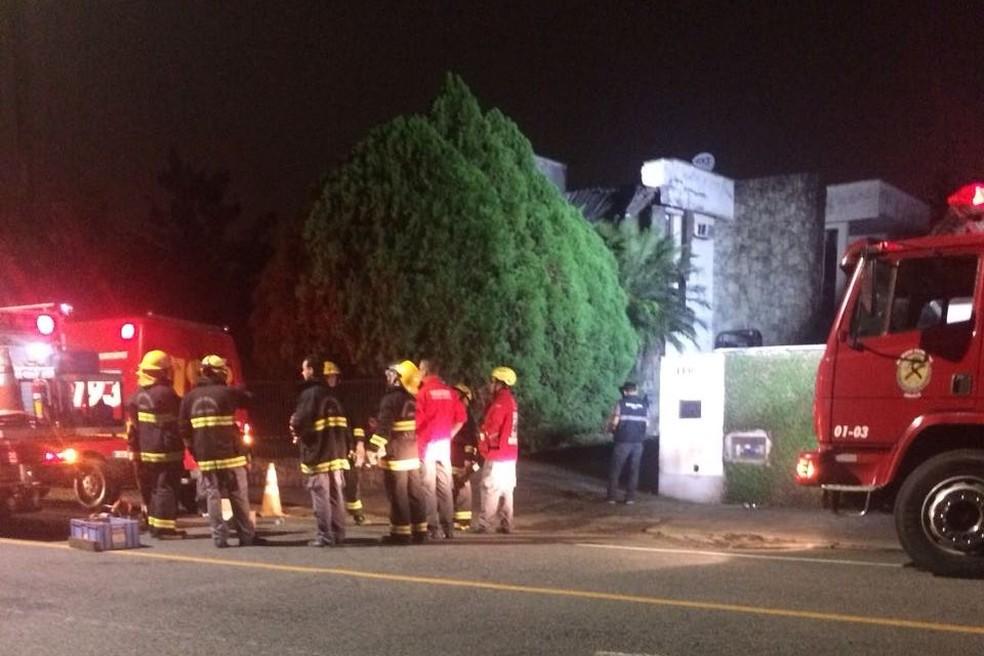 Bombeiros trabalharam nos escombros de casa em Joinville  (Foto: Bombeiros Voluntários/Divulgação)