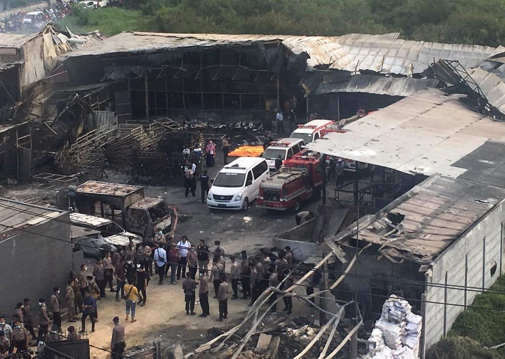 Policiais e bombeiros inspecionam fábrica de fogos de artifício que explodiu em Tangerang, perto da capital indonésia Jacarta (Foto: Tatan Syuflana/AP)