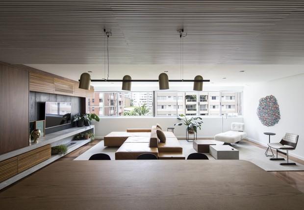 Mix de texturas ditam decoração de apartamento sóbrio e chique