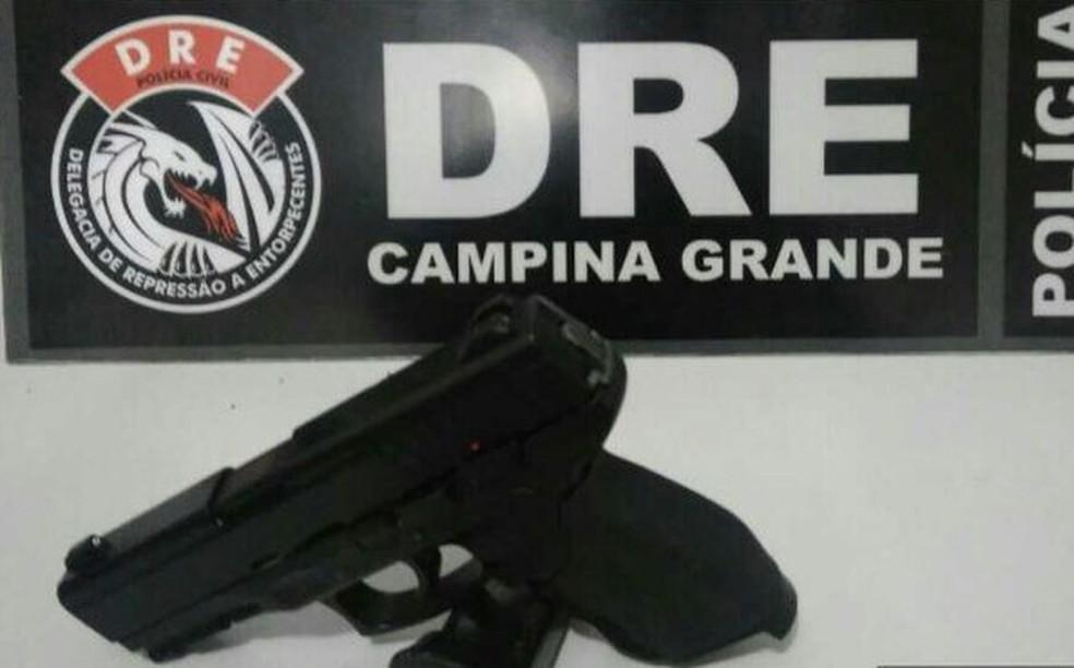 Homem foi detido com uma arma de mentira  (Foto: Divulgação/ Polícia Civil)