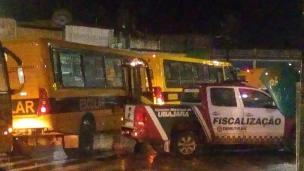 Ônibus da prefeitura foram utilizados para retirar famílias da cidade — Foto: Prefeitura de Ubajara
