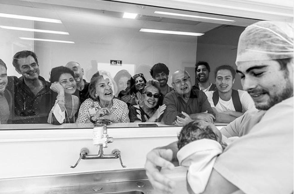 Rafael Vitti mostra a filha para a família na maternidade — Foto: Reprodução/Instagram