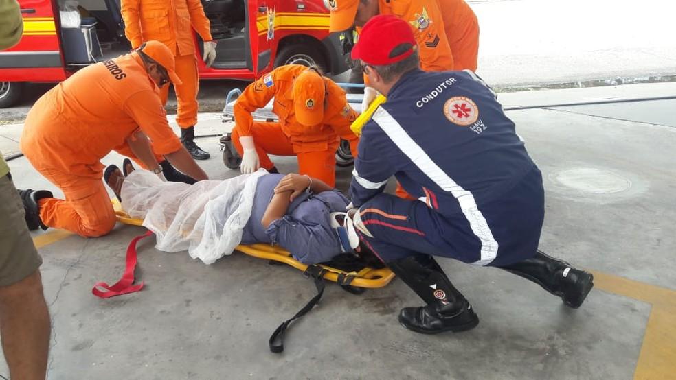Gestante que estava no carro que capotou na Pajuçara foi atendida pelo Samu e pelos bombeiros (Foto: Thamires Ribeiro/G1)