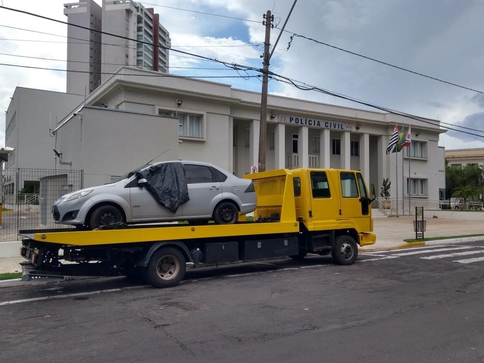 Carro foi recuperado pela polícia após roubo em Araçatuba  — Foto: Arquivo Pessoal