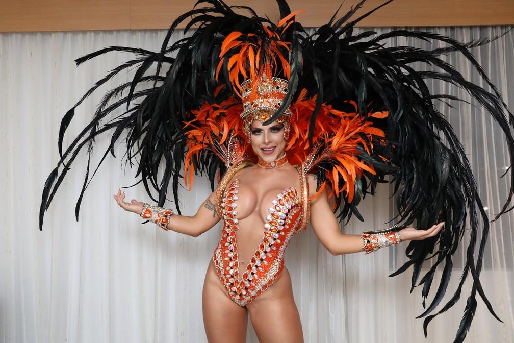 Ana Paula Minerato mostra fantasia para desfile da Acadêmicos do Tatuapé — Foto: Celso Tavares/G1