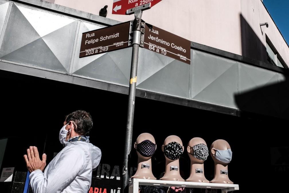 Uso de máscara segue sendo recomendado por especialistas e é obrigatório em Florianópolis e outras cidades de SC — Foto: Diorgenes Pandini/NSC