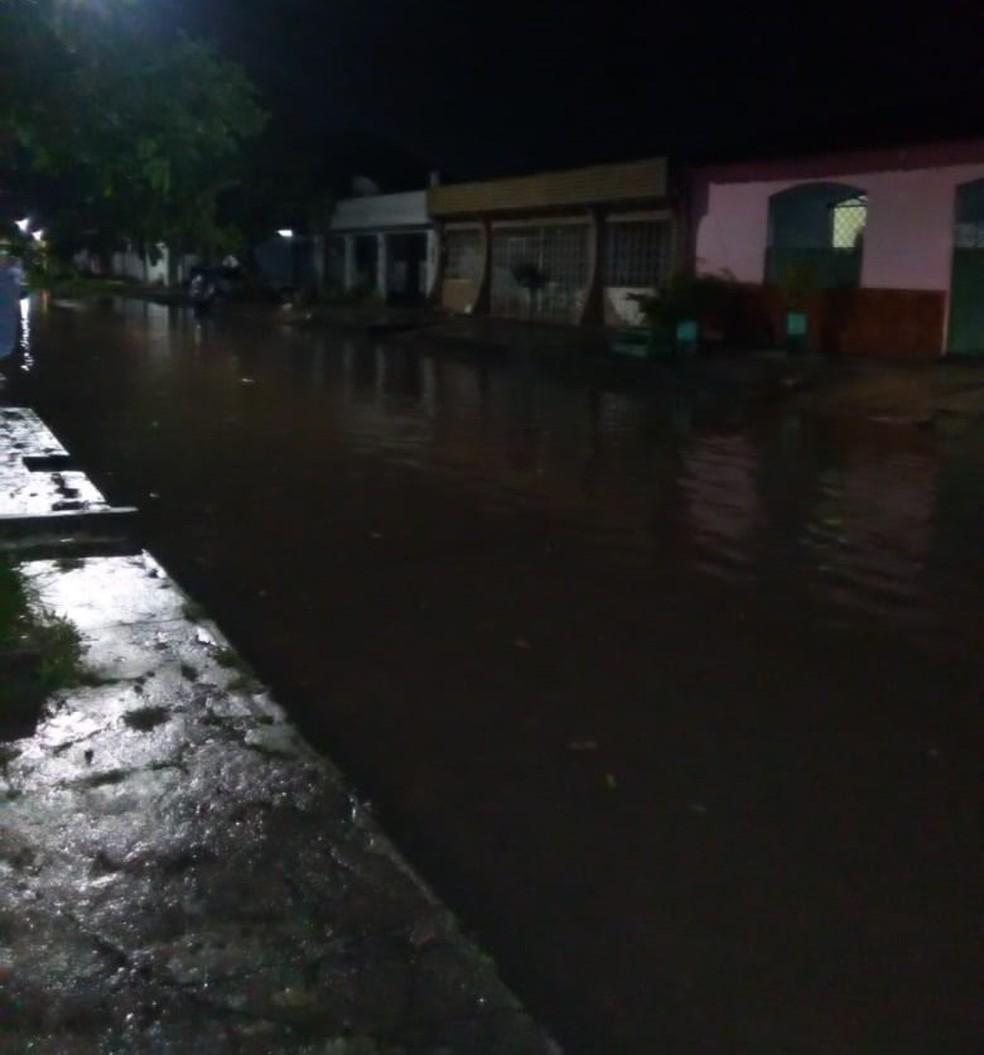 -  Moradores ficaram ilhados. Até as 20h55 a água ainda não havia baixado na rua S/6 no Conjunto da Cohab, em Icoaraci  Foto: Raimunda Lúcia