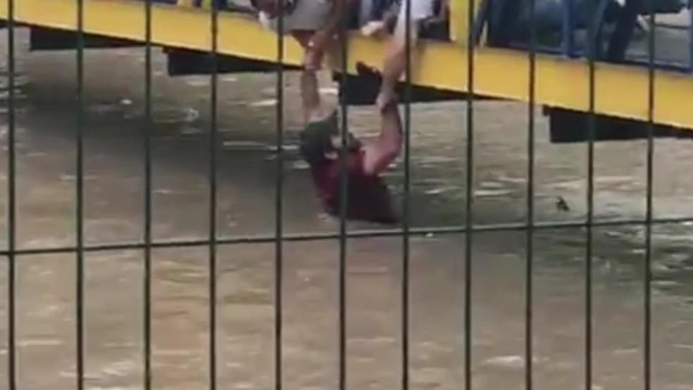 Professor de artes marciais foi resgatado depois de cair em canal, durante chuva no Recife — Foto: Reprodução/WhatsApp