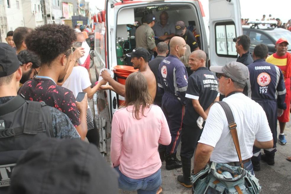 Ambulâncias do Samu foram ao local para resgate das vítimas da queda do Globocop, na manhã desta terça-feira (23), na orla do Recife (Foto: Marlon Costa/Pernambuco Press)