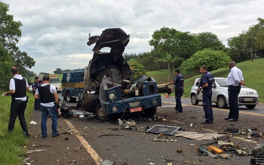 Quadrilha explodiu carro-forte na Rodovia Abrão Assed em Cajuru, SP — Foto: Susana Berbert/EPTV