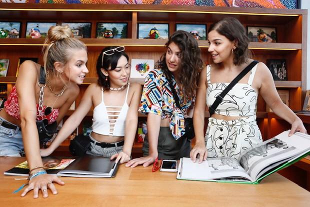 Isabella Scherer, Gabriela Medvedovski, Giovanna Grigio e Ana Hikari na Casa do Carnaval, em Salvador (BA) (Foto: Ed.Globo/Ricardo Cardoso)