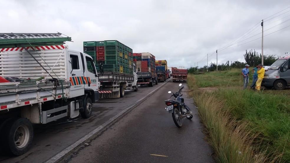Caminhoneiros protestam em trecho da BR-232, em Bezerros (Foto: PRF/Divulgação)