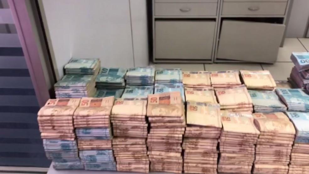 Dinheiro que estava enterrado foi levado ao banco para contagem em Igarapava, SP — Foto: Reprodução/EPTV