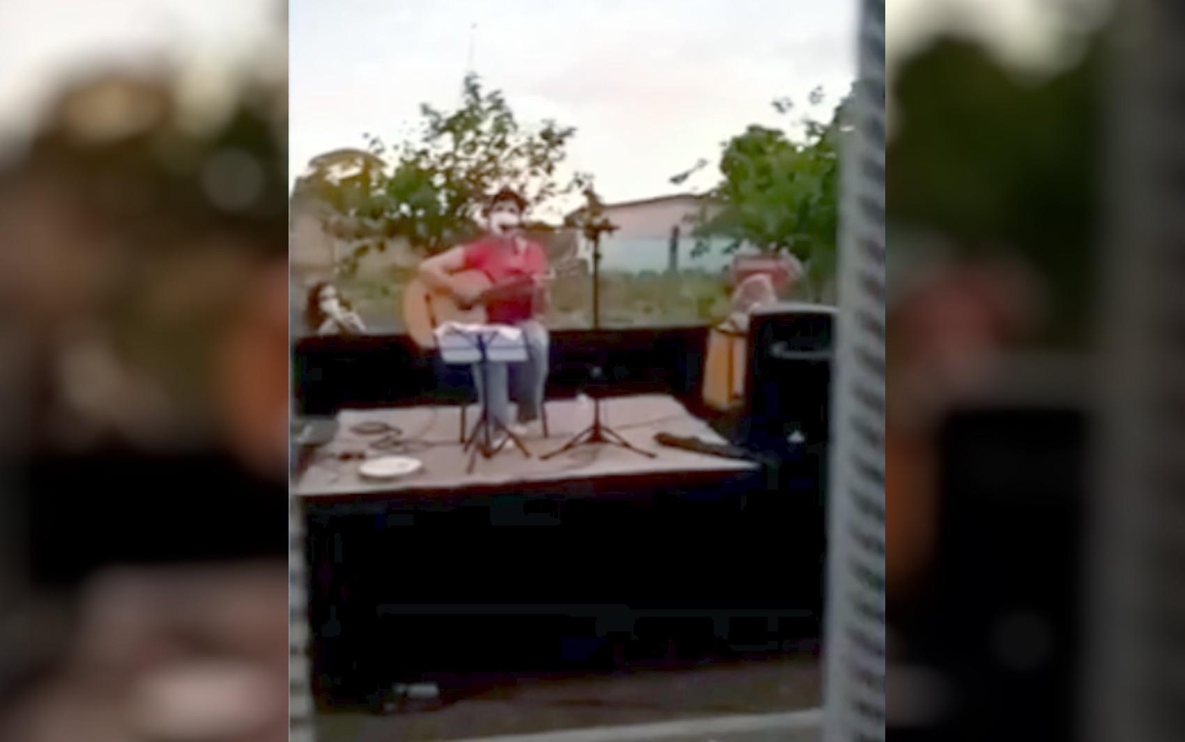 Sem poder receber visitas, idosos ganham serenata em asilo de Rio Verde; vídeo