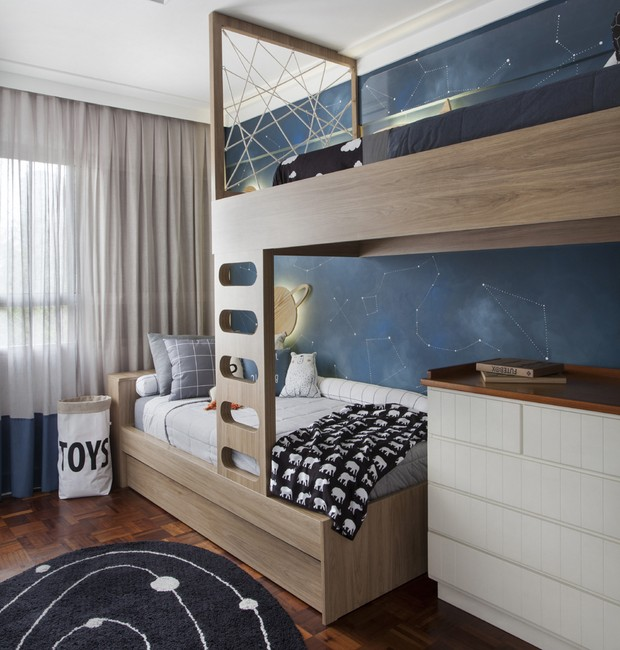 O tapete Eliana Sposito imita uma constelação. A marcenaria Art House dá suporte os beliche e reveste à cômoda debaixo da cama superior (Foto: Adriana Barbosa/ Divulgação)