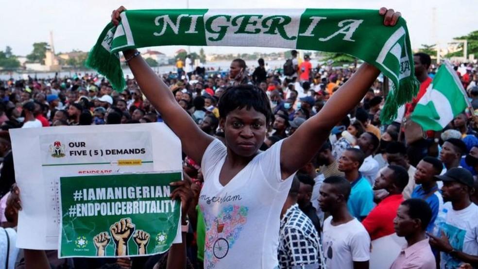 Nigerianos realizaram protestos expressivos em 2020 para condenar a brutalidade policial — Foto: AFP/BBC