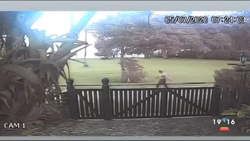 Câmera de segurança mostra a jovem caminhando antes de entrar na trilha na qual foi morta em São Sebastião — Foto: Reprodução/ TV Vanguarda