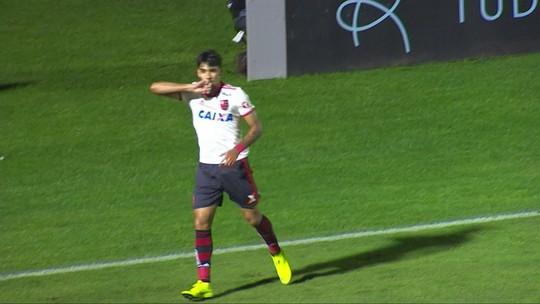 Paraná dá bobeada na defesa, e Paquetá abre o placar para o Flamengo