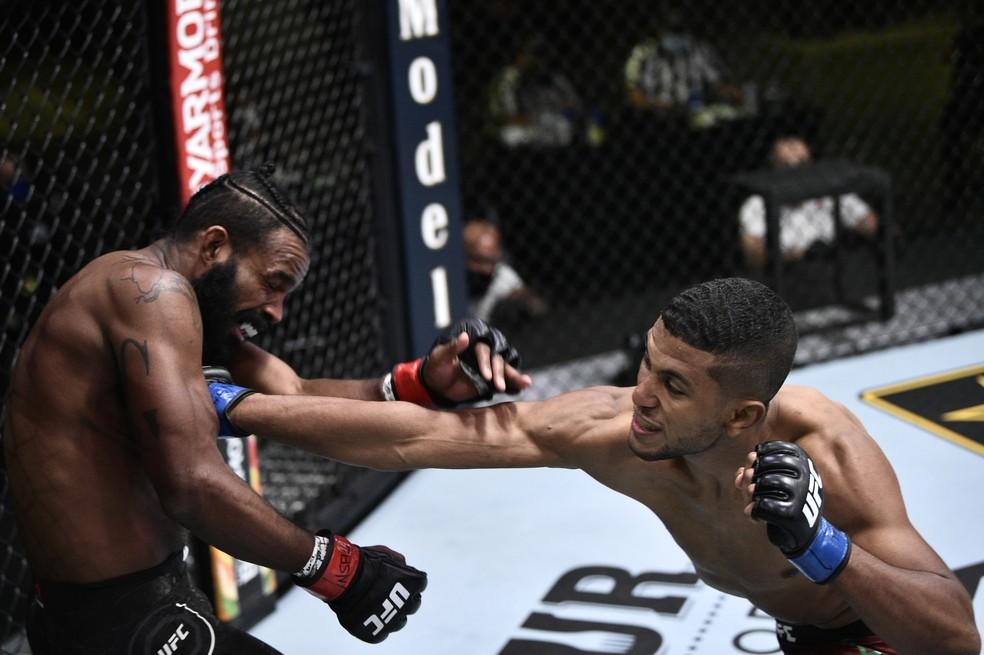 Youssef Zalal usou a trocação para vencer Jordan Griffin por pontos no UFC: Poirier x Hooker — Foto: Getty Images