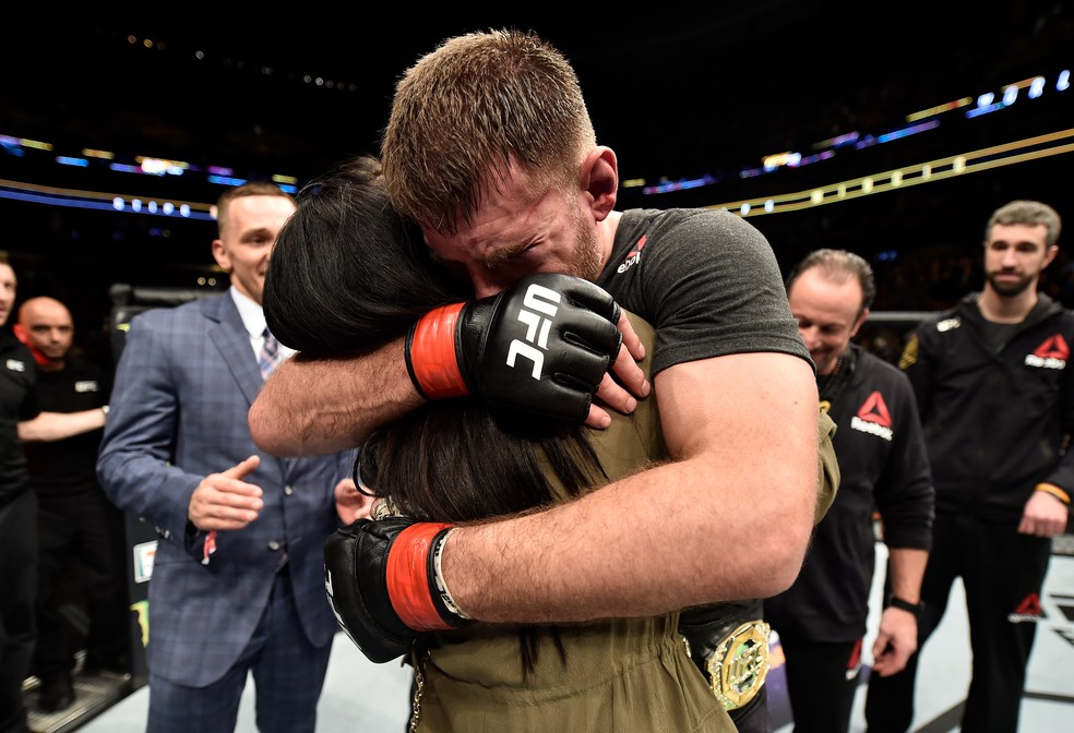 Stipe Miocic abraça a esposa após anunciar que será pai (Foto: Getty Images)