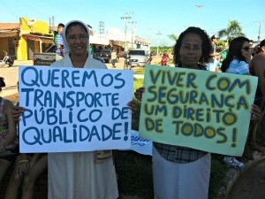 Freira participa de protesto no Cacau Pirêra (Foto: Camila Henriques /G1 AM)