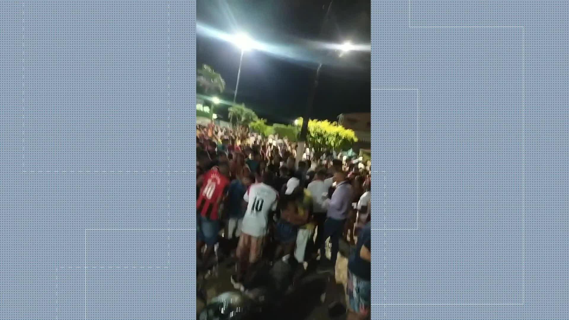 Vídeo mostra aglomeração e pessoas sem máscara de proteção contra a Covid-19 em praça de Aliança