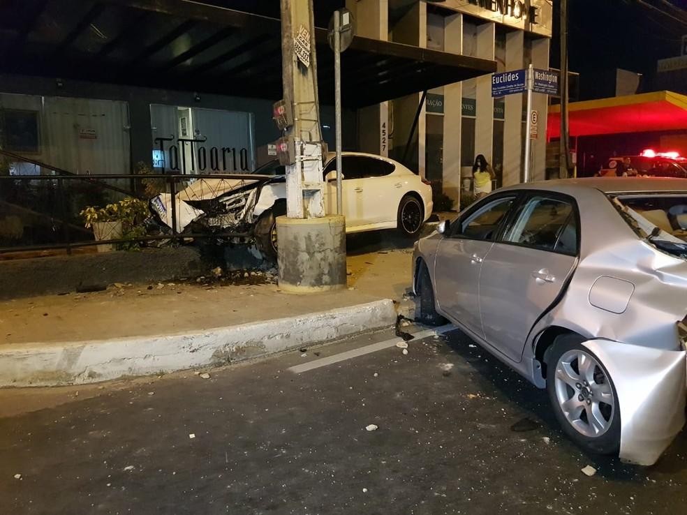 De acordo com testemunhas, o motorista do veículo branco dirigia acima da velocidade permitida — Foto: Rafaela Duarte/SVM