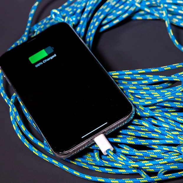 Conheça o primeiro cabo carregador de celular com mais de 3 metros de comprimento. (Foto: Instagram/unnecessaryinventions)
