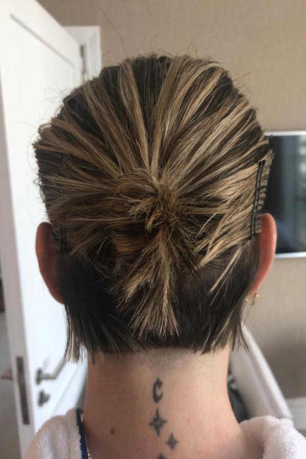 O cabelo de Sarah Paulson na pré-estreia de Onze Homens e Um Segredo (Foto: Instagram Chris McMillan/ Reprodução)