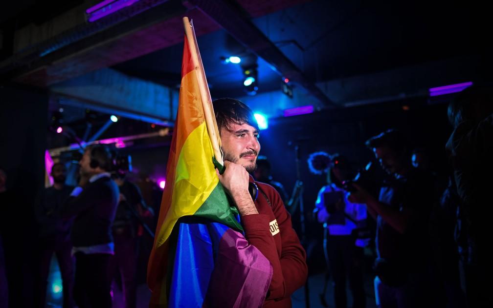 Membro da comunidade LGBT se emociona ao final do referendo contra o casamento gay em Bucareste, na Romênia, no domingo (7) — Foto: Daniel Mihailescu/AFP