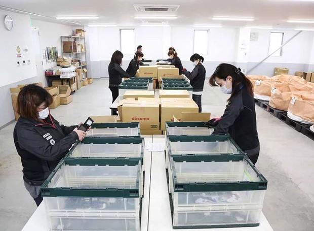 Agora, especialistas licenciados pelo governo separam os materiais a serem utilizados para passarem por um processo de fundição (Foto: tokyo2020.org/ Reprodução)