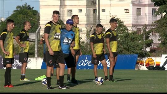 Piza valoriza as opções ofensivas do Botafogo-PB e se anima com desempenho positivo nos treinos