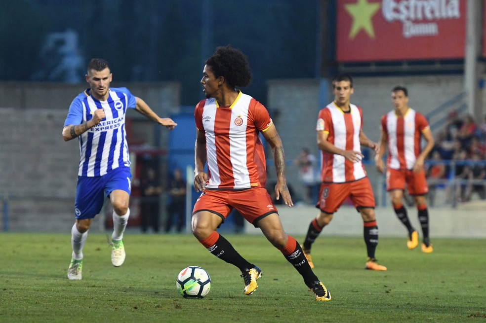 Douglas Luiz vestiu a camisa do Girona pela primeira vez nesta terça-feira (Foto: Twitter / @GironaFC)