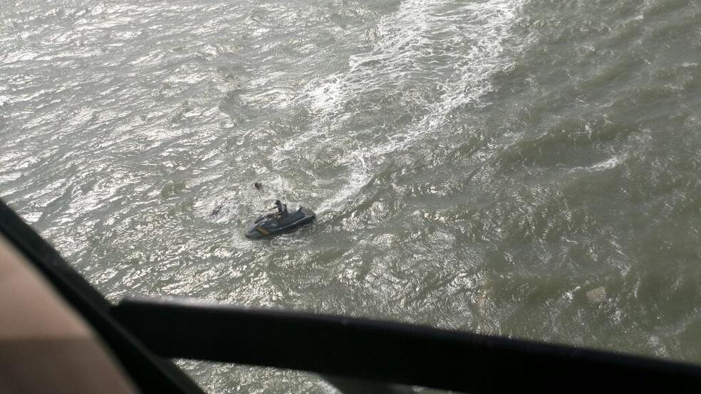 Homem de jet ski presta socorro a vítima após embarcação virar em Mar Grande, na Bahia (Foto: Graer/ Divulgação)