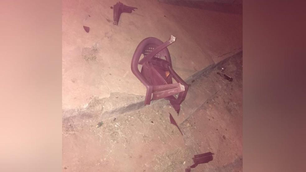 Cadeira foi quebrada durante abordagem policial — Foto: Marcella Lima/Arquivo Pessoal