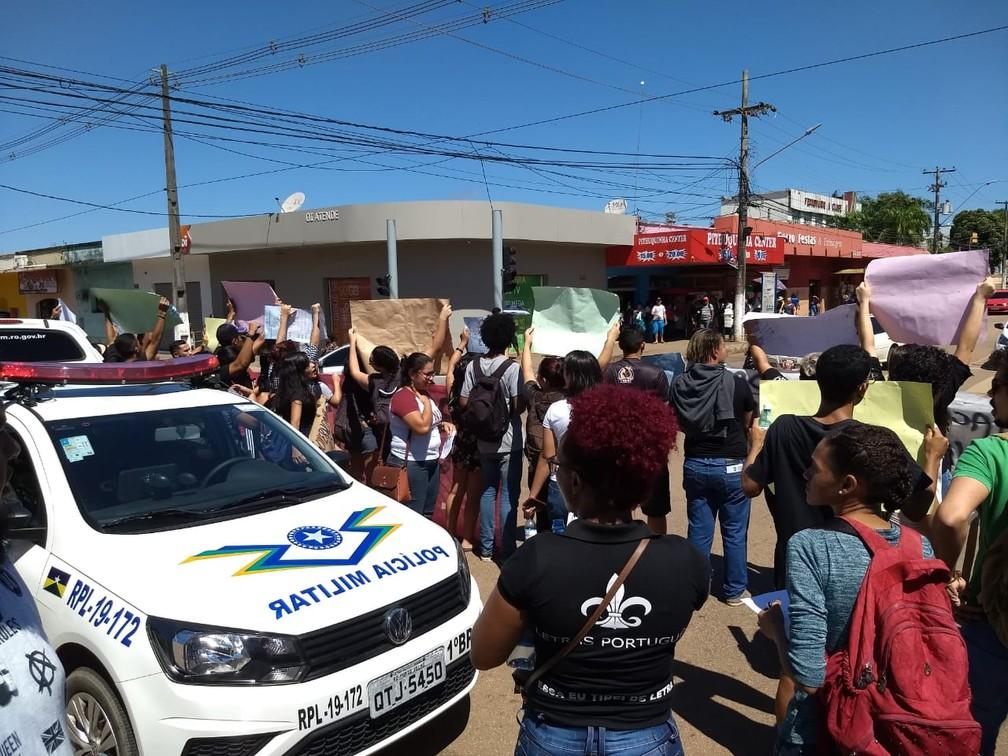 Alunos pedem fim do bloqueio de verbas na educação — Foto: Diêgo Holanda/G1