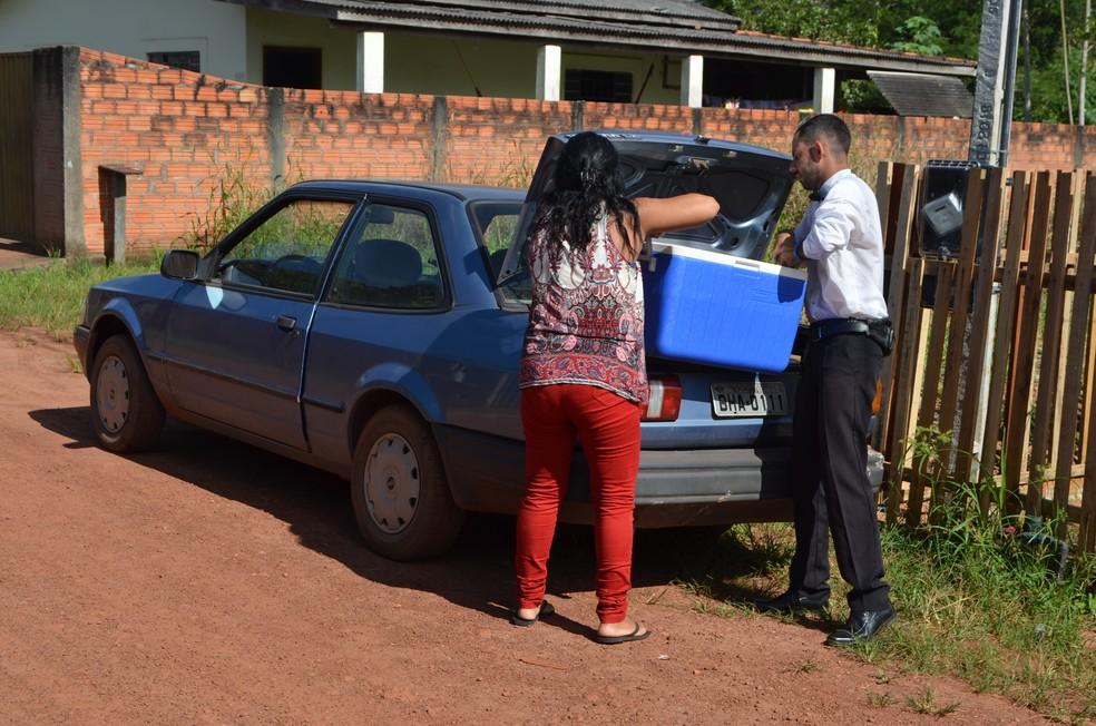 Com a venda de água, Lauro Costa Kloch consegue sustentar a família, que se mudou para Cacoal para ajudá-lo.  — Foto: Magda Oliveira/G1