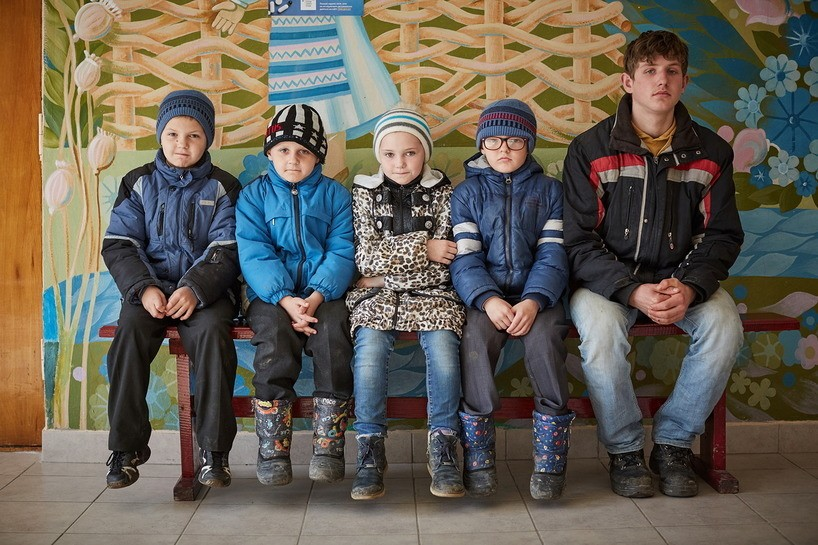Na Ucrânia, Vasyl, de oito anos, Roman, de sete, Valentyna, de nove, Ivan, de sete, e Misha, de 17, aguardam para receber vacinas contra o sarampo.  (Foto: Divulgação UNICEF)