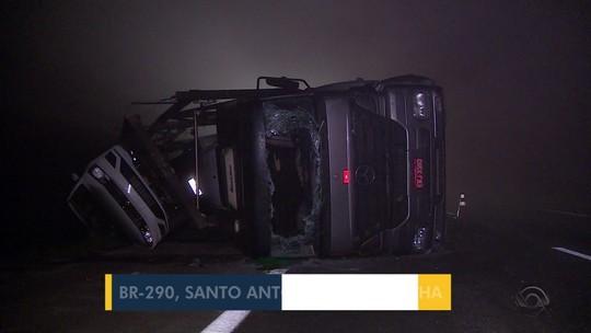 Caminhão-cegonha tomba e bloqueia parcialmente a BR-290, em Santo Antônio da Patrulha